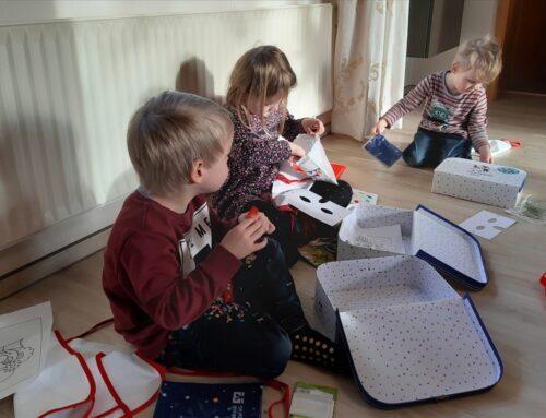 Bunt gefüllte Koffer für Kinder